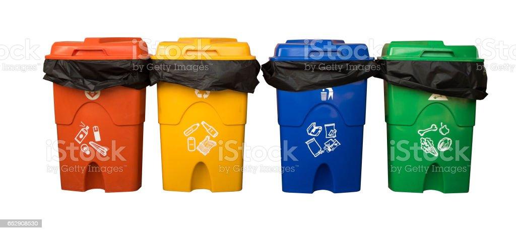 Tres contenedores de reciclaje colorido aisladas sobre fondo blanco con trazado de recorte de la. Ruta de selección. - foto de stock