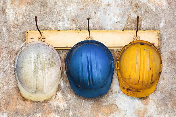 Drei Konstruktion Helme hängen auf einem Hut-Ständer – Foto