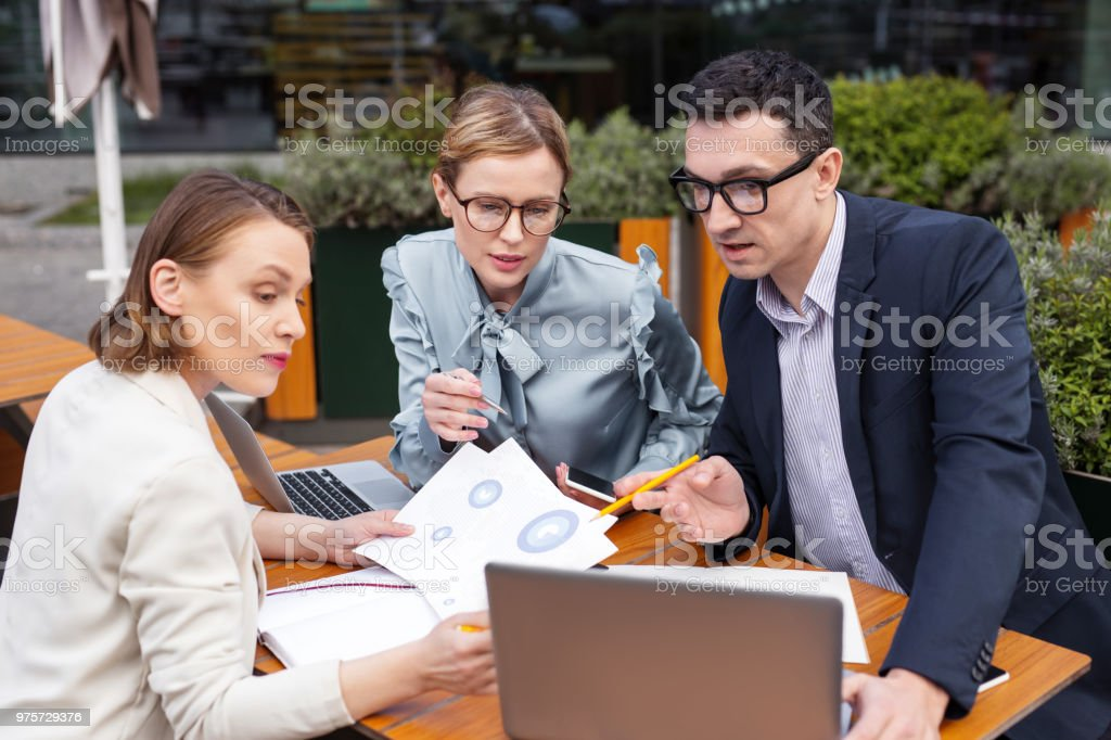 Drei Führungskräfte beobachten neue Business-Systeme - Lizenzfrei Anwerbung Stock-Foto
