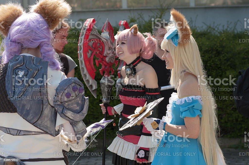 Três cosplayers vestidos como Elin de jogo Tera on-line - foto de acervo