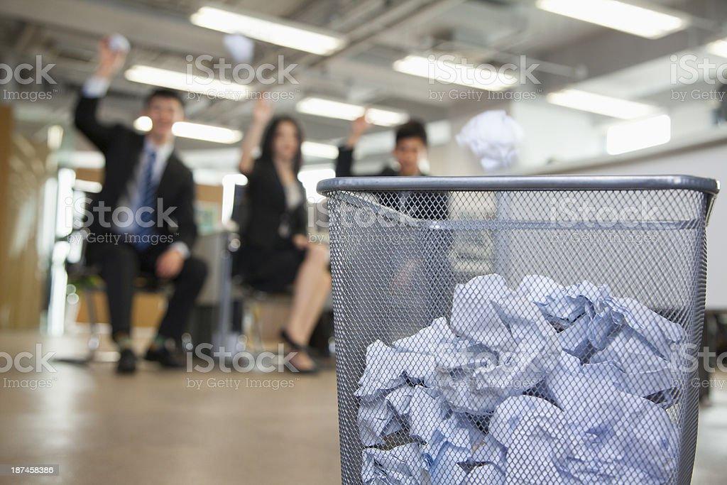 Tres empleados preparando a tirar a la papelera de papel - foto de stock