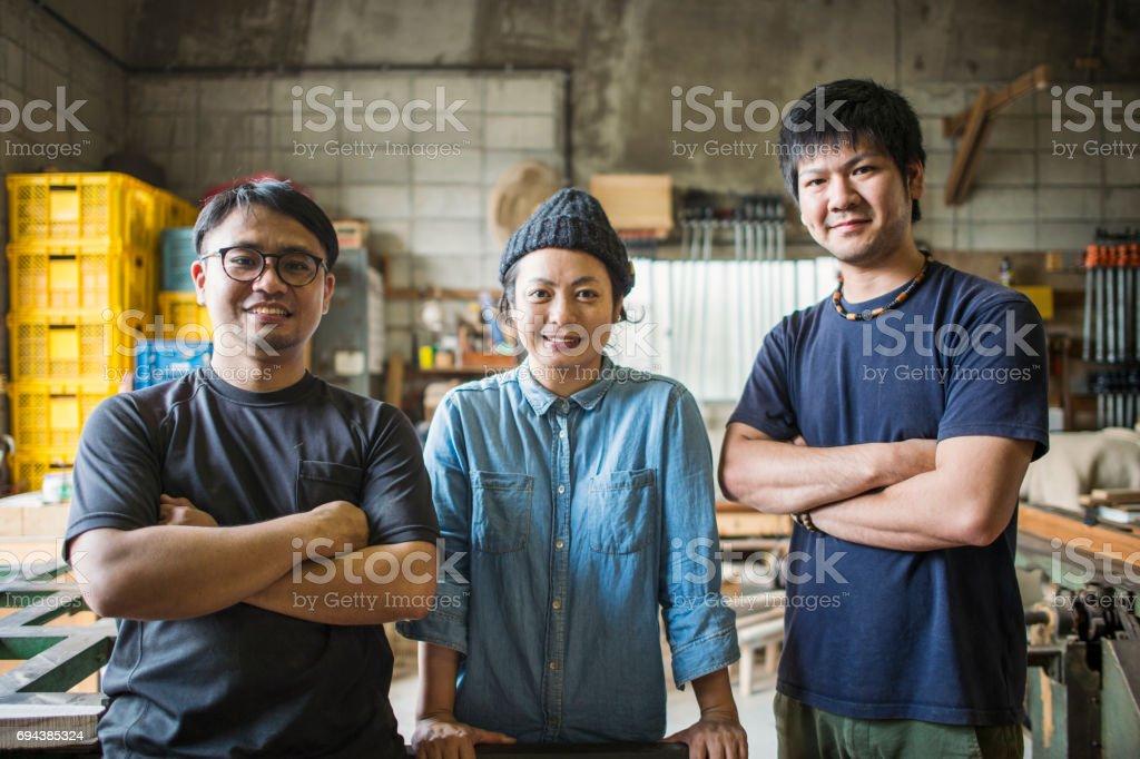 在工作室工作的三個工匠圖像檔