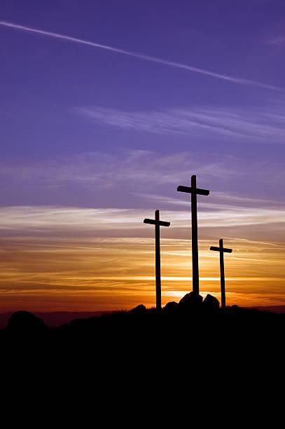 Drei Kreuze bei Sonnenuntergang – Foto
