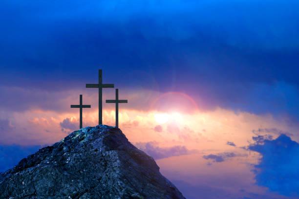 Drei Kreuze auf einem Hügel bei Sonnenschein – Foto