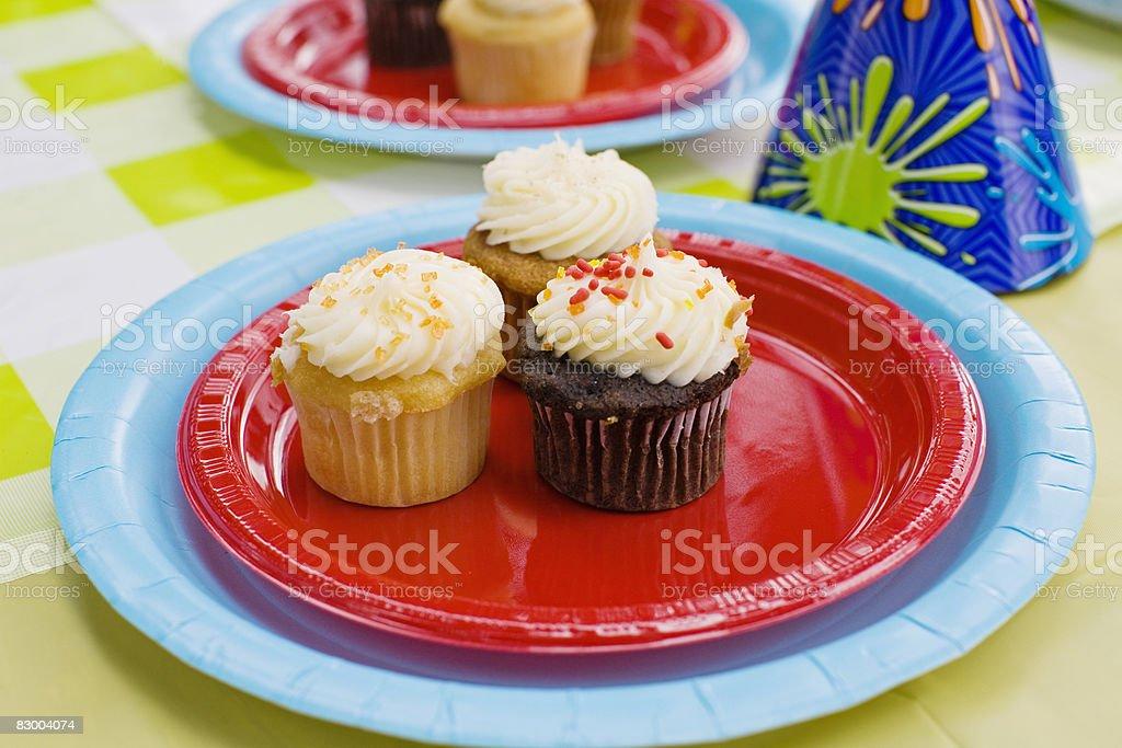 Three cupcakes on a plate royaltyfri bildbanksbilder