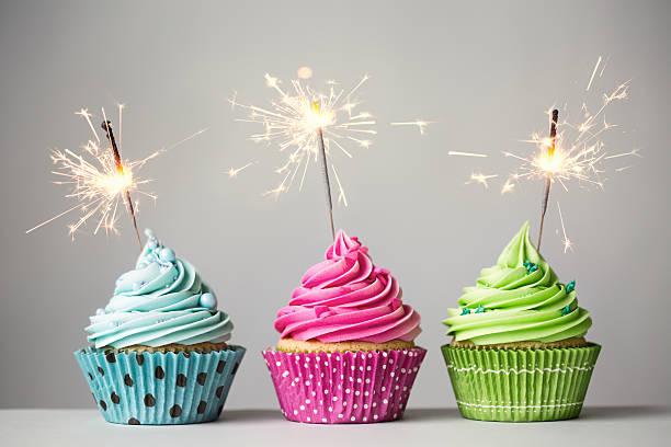 três cupcakes com espumantes - três objetos - fotografias e filmes do acervo