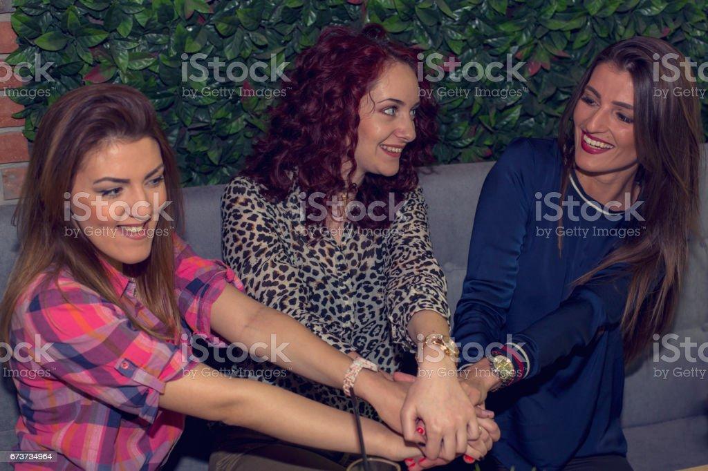 Trois jolies filles célébrant l'amitié photo libre de droits