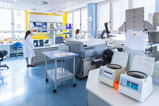 3 つのかわいい技術研究所内の血液銀行  - 科学実験室 ストックフォトと画像
