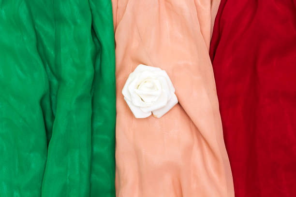 drei verschiedene farbe grün, garnelen, rot chiffon maxi-rock und weiße blume - spitzen maxi stock-fotos und bilder