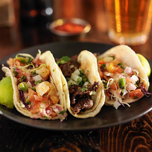 tre diverse tacos messicani via - taco foto e immagini stock