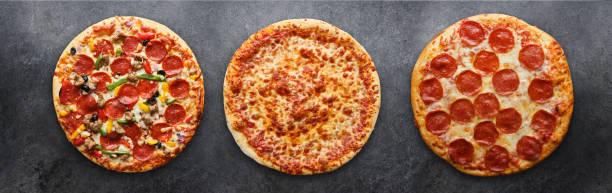 drie verschillende pizza's in een panoramische compositie foto