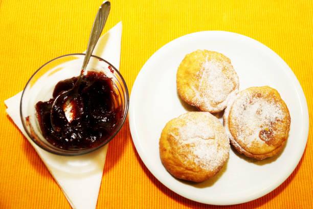 drei donuts mit melasse - 3 zutaten kuchen stock-fotos und bilder