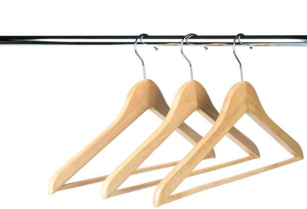 drei leere hölzernen mantel /clothes hangers auf eine kleiderstange mit einem weißen hintergrund. - garderobenhaken stock-fotos und bilder