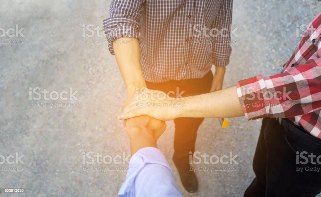 Drei Ingenieur Männer setzen Handshake Teamarbeit oder Partner Erfolg Bauprojekt in Seite-Bau, kopieren Raum links - Lizenzfrei Abmachung Stock-Foto