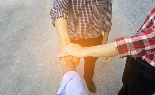 Drei Ingenieur Männer Setzen Handshake Teamarbeit Oder Partner Erfolg Bauprojekt In Seitebau Kopieren Raum Links Stockfoto und mehr Bilder von Abmachung
