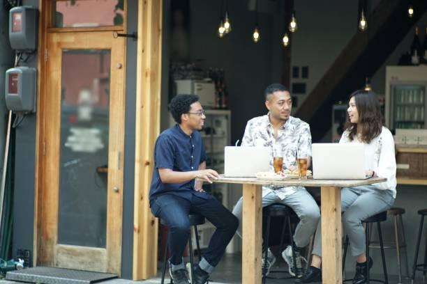 バーで会う 3 つの起業家 - 大学生 パソコン 日本 ストックフォトと画像