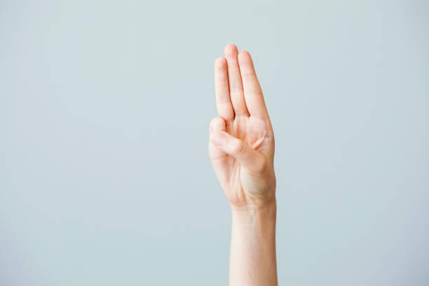 tres dedos salute - boy scout fotografías e imágenes de stock