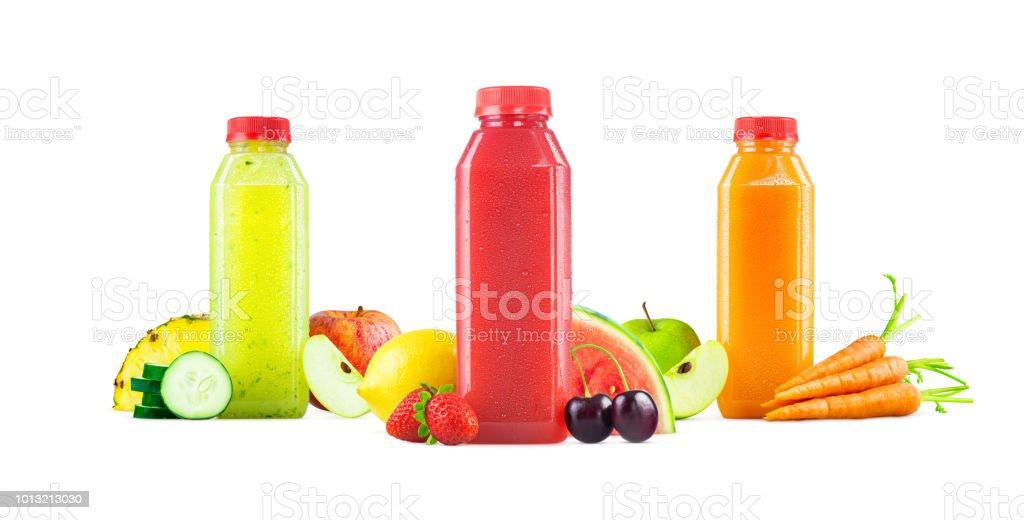 Trois saveurs de fruits fraîchement pressés et de jus de légumes dans des bouteilles génériques isolée on White Background - Photo