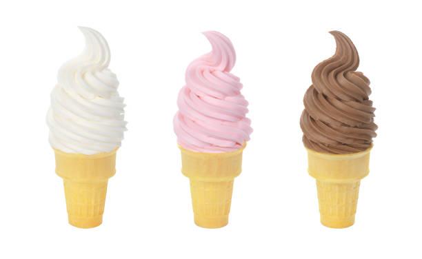 drei geschmacksrichtungen von gefrorenen joghurt oder weiche dienen eistüten auf weißem hintergrund - eiswaffeln stock-fotos und bilder