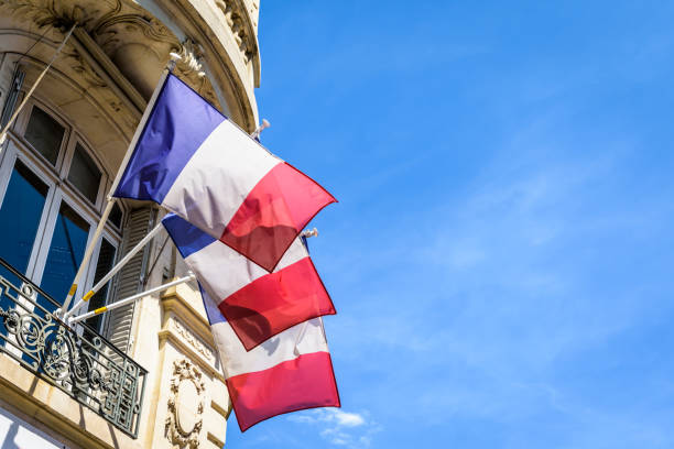 Trois drapeaux français relatant un bâtiment à Paris, France. - Photo