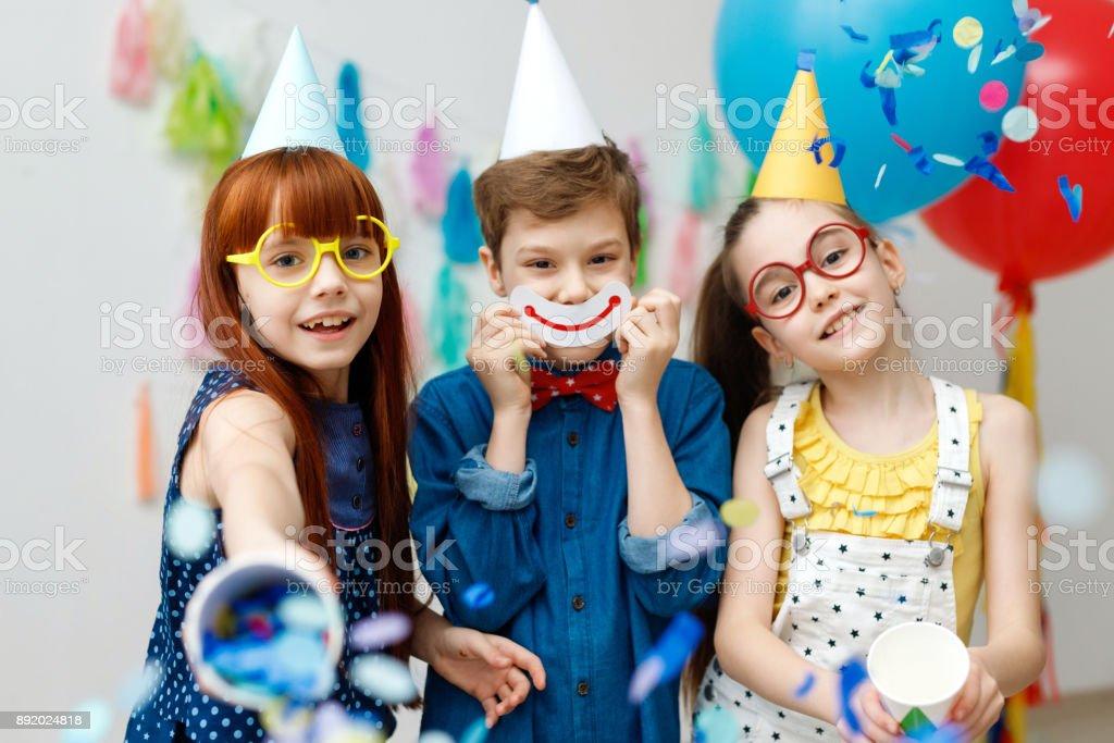 Fotografía de Tres Niños Amable En Cono Festivo Gorras Y Gafas ...