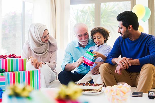 drei generation familie feiert einen geburtstag in dubai. - geburtstagsgeschenk für papa stock-fotos und bilder