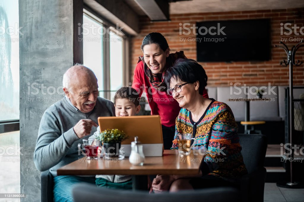 Three generation family in the cafe – zdjęcie