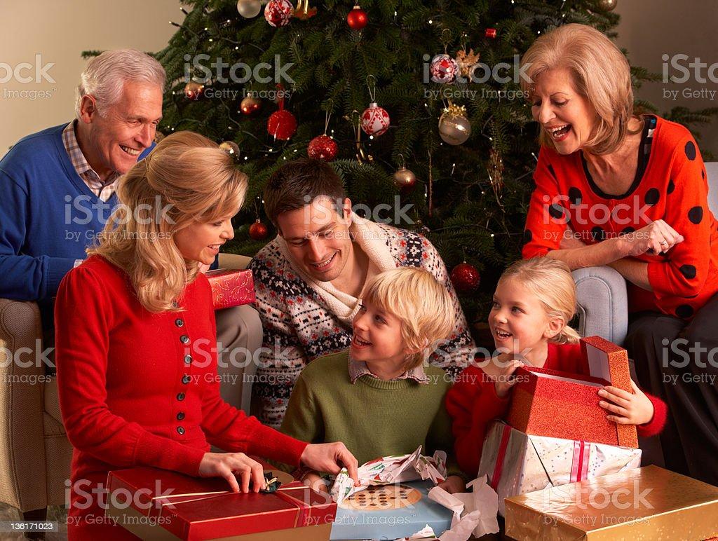 Apertura Regali Di Natale.Tre Generazione Famiglia Apertura Regali Di Natale A Casa Fotografie Stock E Altre Immagini Di Adulto Istock