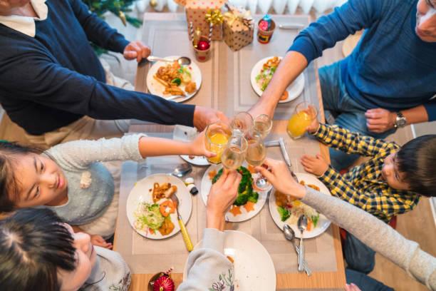 drei-generationen-familie toasten am weihnachtsessen - weihnachten japan stock-fotos und bilder