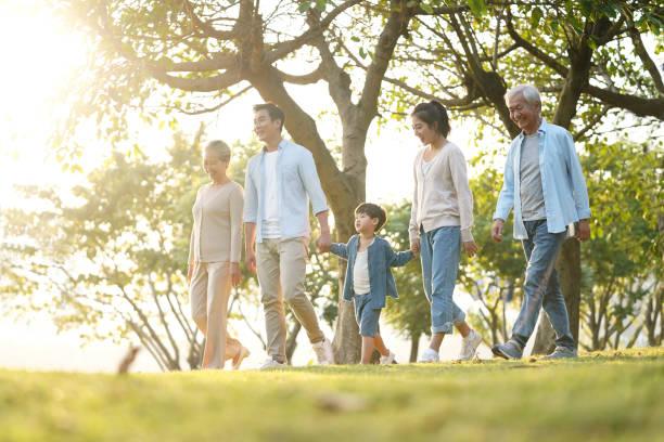 三代家庭在公園戶外散步 - 亞洲 個照片及圖片檔