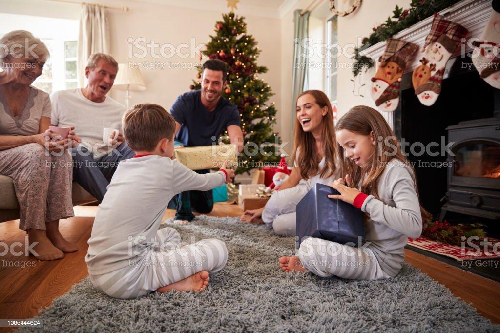 a45aeab56482d4 Foto de Família Geração Três Vestindo Pijamas No Salão Na Abertura ...