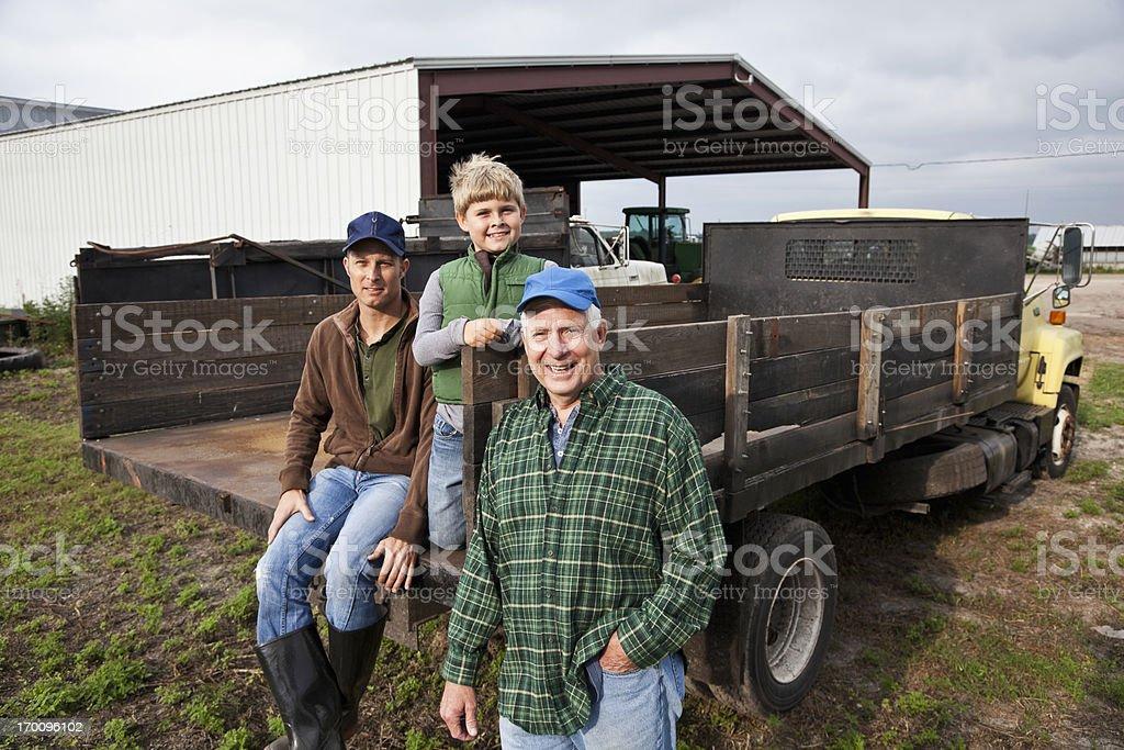 Trois générations d'hommes sur la ferme familiale - Photo