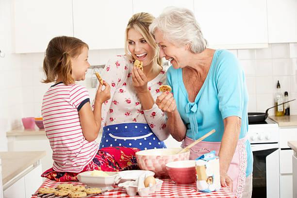mutter, tochter und großmutter backen in der küche - 3 zutaten kuchen stock-fotos und bilder