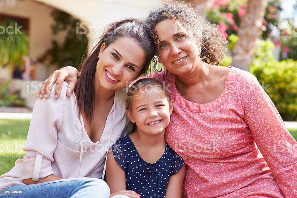 Abuela con hija en jardín y Granddaughter - foto de stock