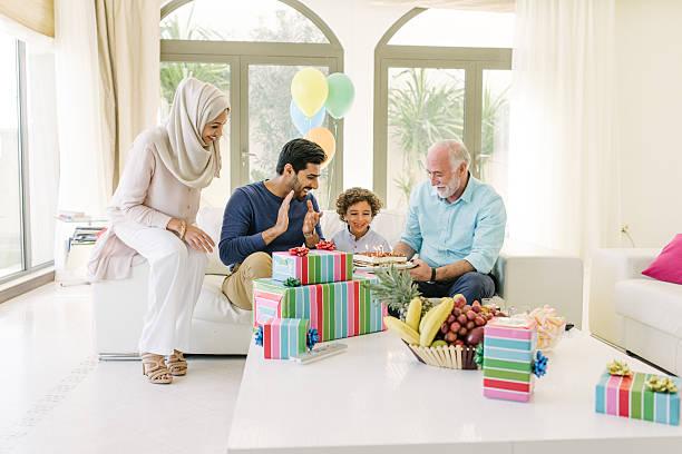 drei genration arabische familie feiern geburtstag des kindes - alles gute zum geburtstag sohn stock-fotos und bilder