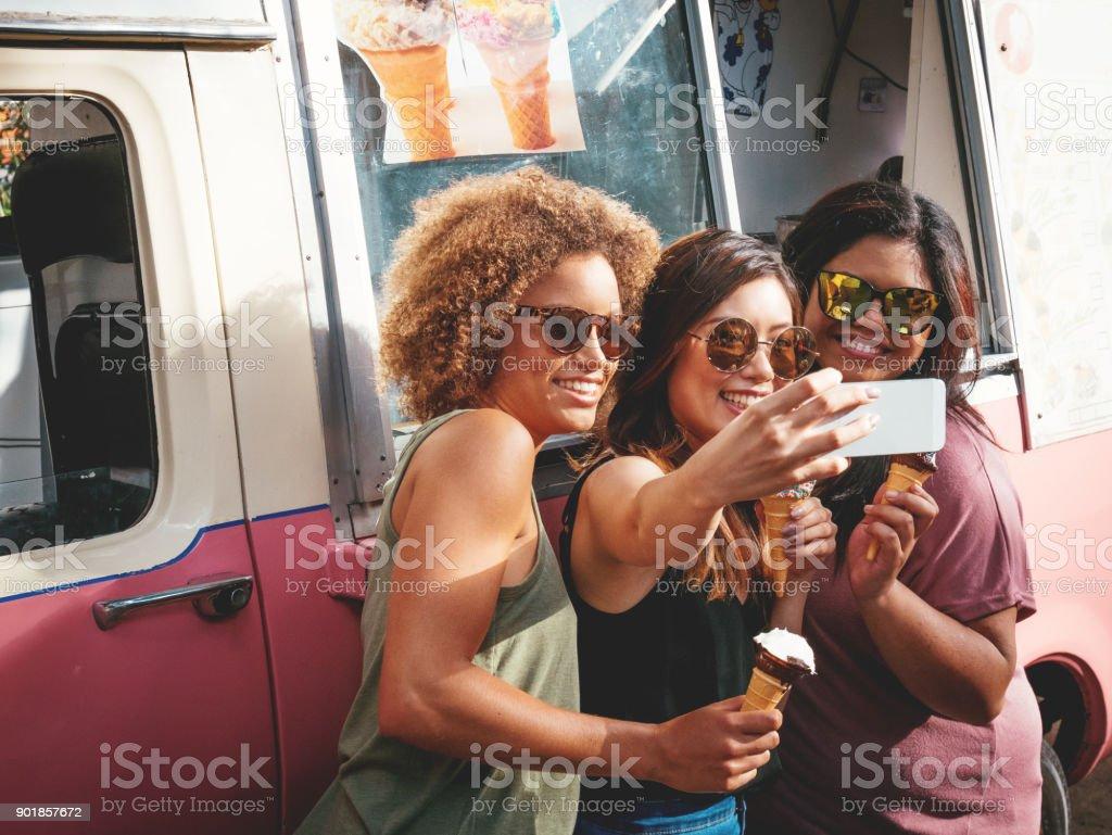 Trois filles, manger des glaces près de la crème glacée en Australie - Photo