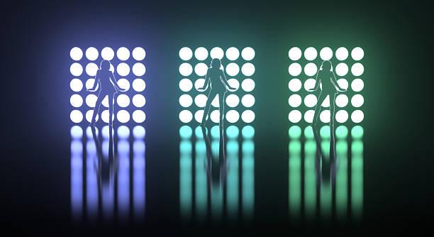 Drei Mädchen posieren auf der Bühne vor hellen Lichter – Foto