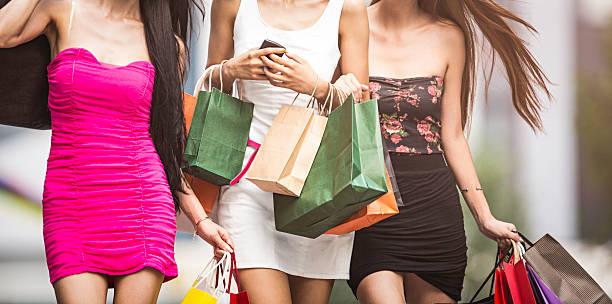 drei mädchen shopping - kleider günstig kaufen stock-fotos und bilder