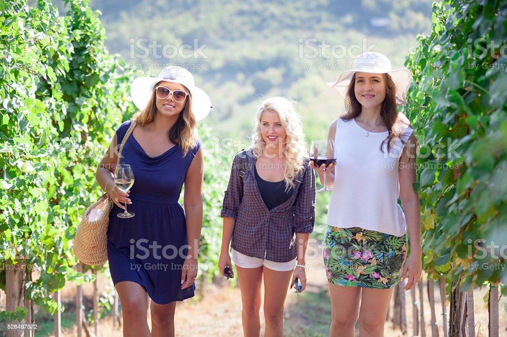 Drei Mädchen in Weinberg. – Foto