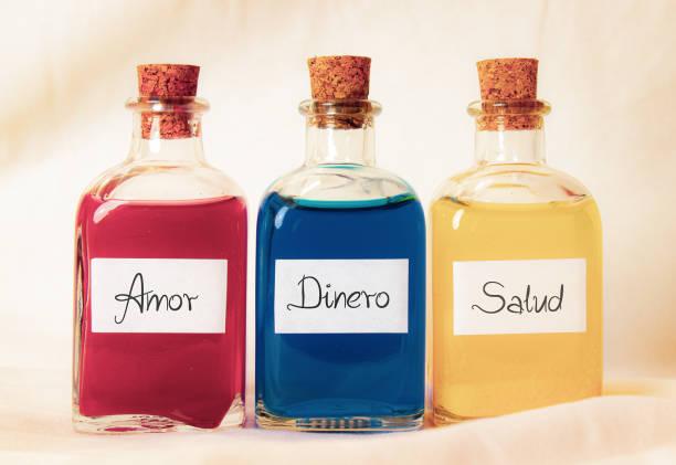스페인어로 쓰여진 아모르 디에로 살루드(amor dinero salud)라는 단어가 적힌 세 개의 유리병 빨강과 노랑 - salud 뉴스 사진 이미지