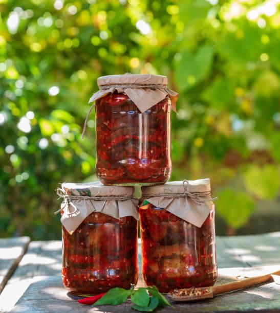 drei gläser mit konserven auberginen - peperoni stiche stock-fotos und bilder