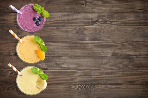 drei glas obst milchshakes - pfirsich milchshake stock-fotos und bilder