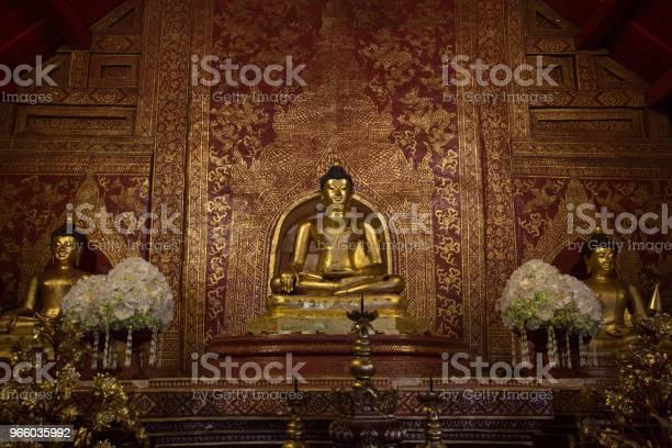 Три Золотые Статуи Будды В Тайском Храме — стоковые фотографии и другие картинки Азия