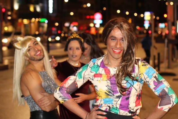 drie prachtige transgender vrouwen buitenshuis - drag queen stockfoto's en -beelden