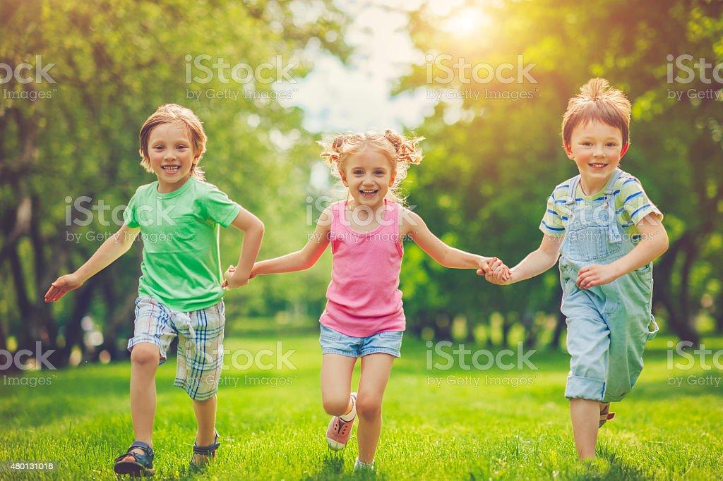 Drei glückliche Kinder im Sommer – Foto