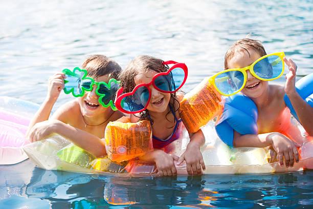 drei glückliche kinder - sonnenbrille kleinkind stock-fotos und bilder