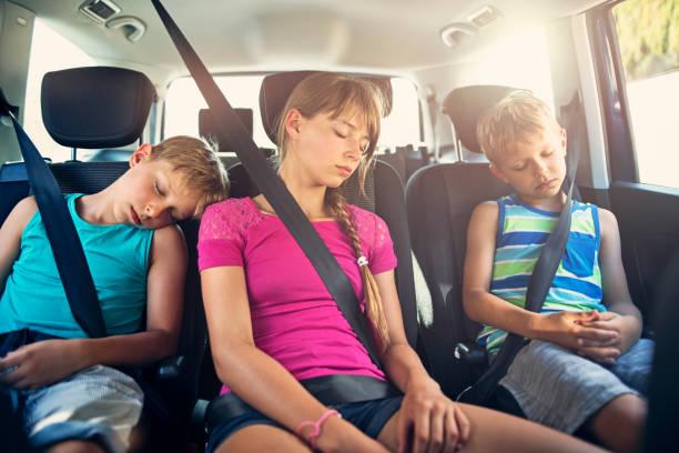 trois enfants dormant dans une voiture - child car sleep photos et images de collection