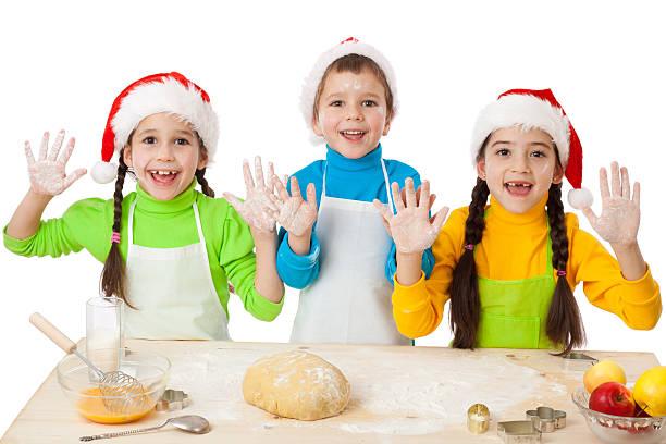 drei kinder mit weihnachts-küche - 3 zutaten kuchen stock-fotos und bilder