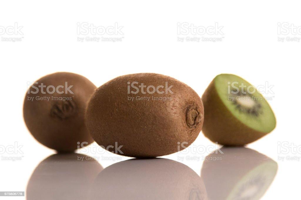 drei Kiwis auf weißem Hintergrund - Lizenzfrei Abnehmen Stock-Foto