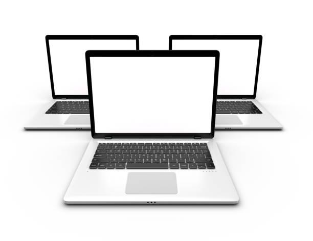 Drei Notebooks mit leeren weißen Bildschirmen isoliert. Mock-up Laptop. – Foto